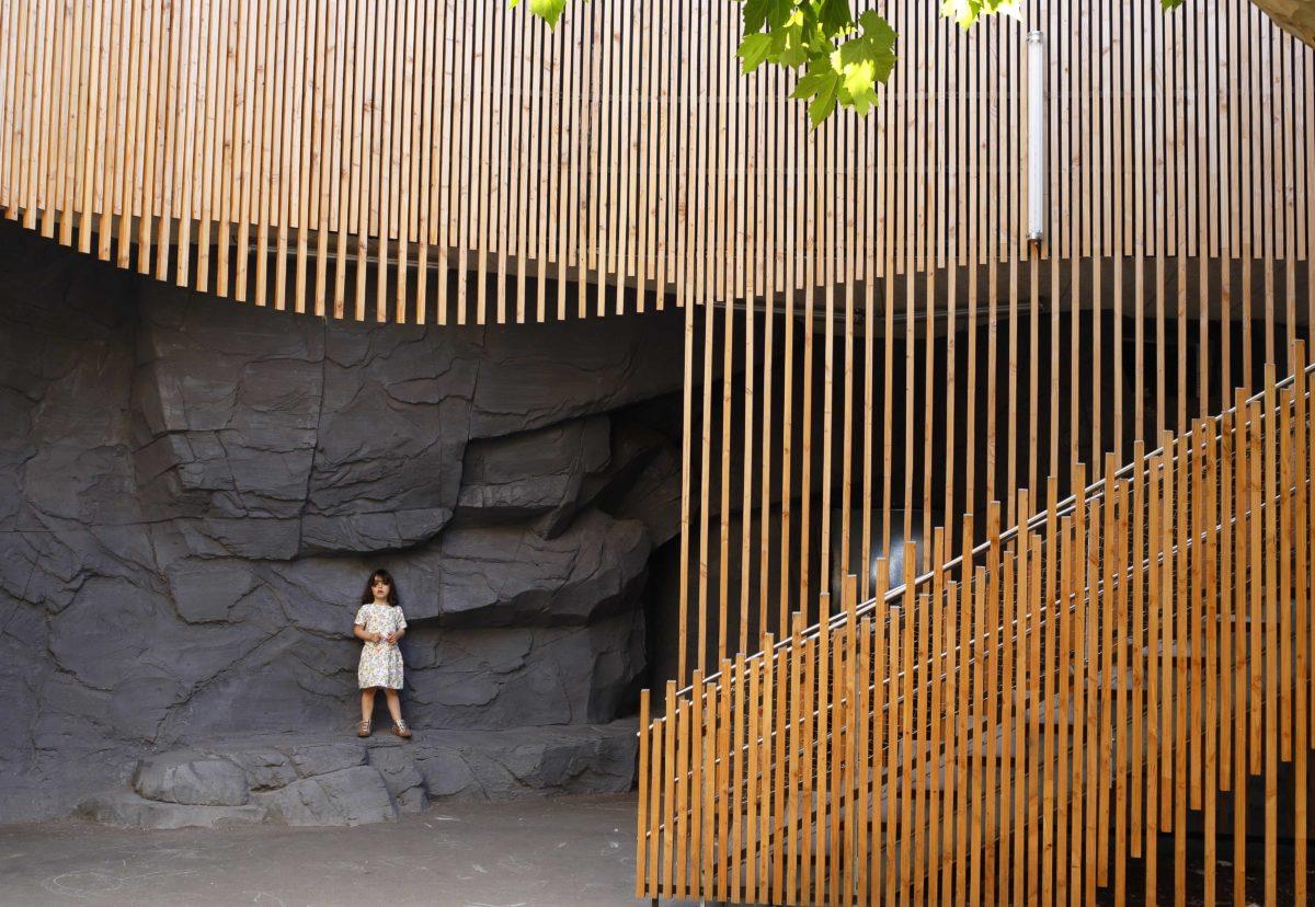 089_BOND_RANDJA_Bondy_Lili-escalier-grotte