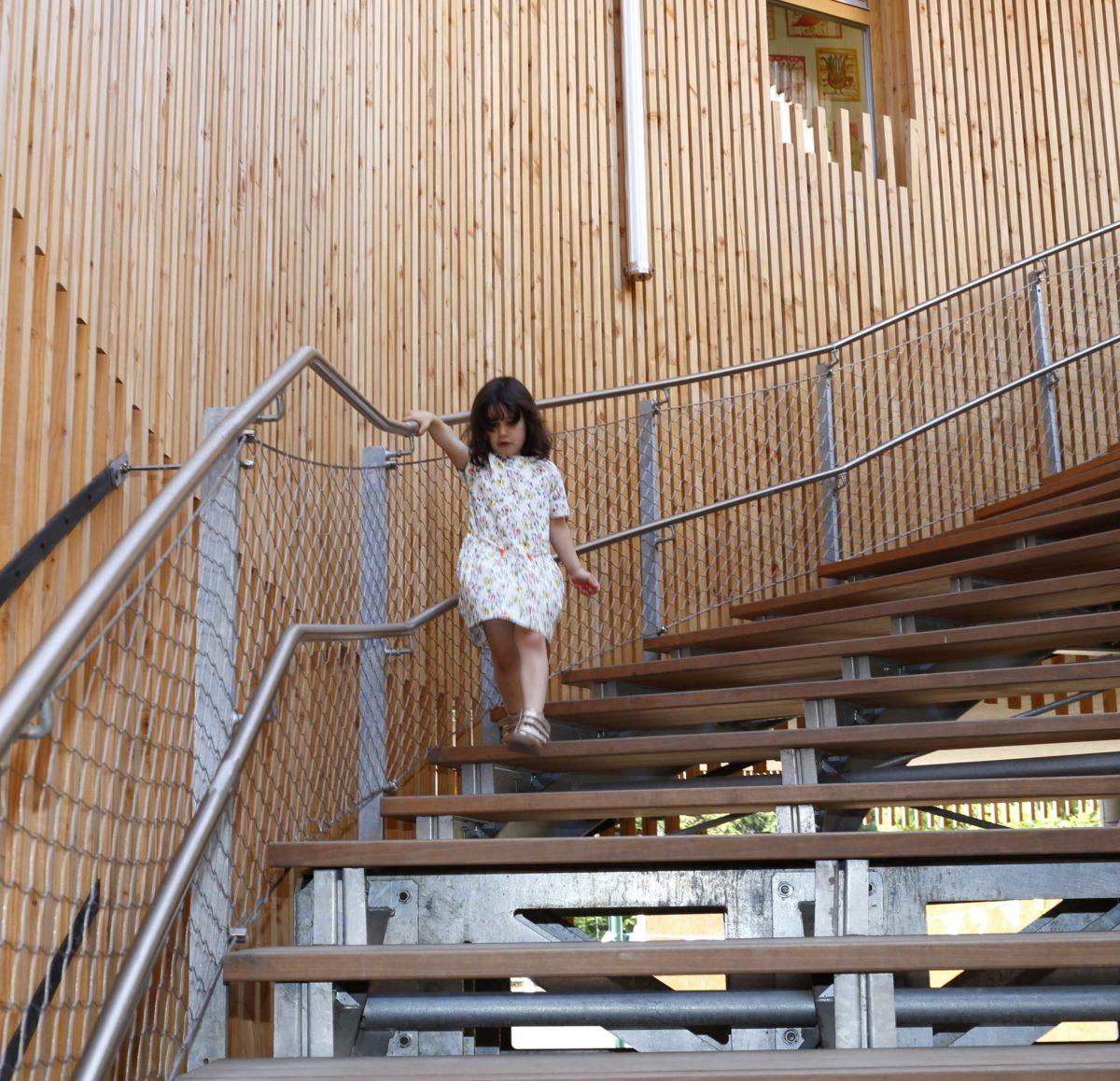 089_BOND_RANDJA_Bondy_Lili-escalier